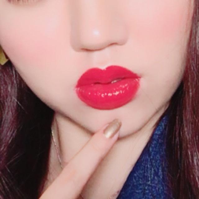 チークは小鼻の横あたりから横長にリキッドチークを使い、血色感を出します。えみさんはリップが特徴的なのでぷっくり唇の山をなだらかにするようにオーバーリップにしたら完成です。
