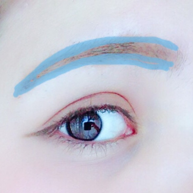 アイブロウライナーで青の部分を書き、眉マスカラで整えます。