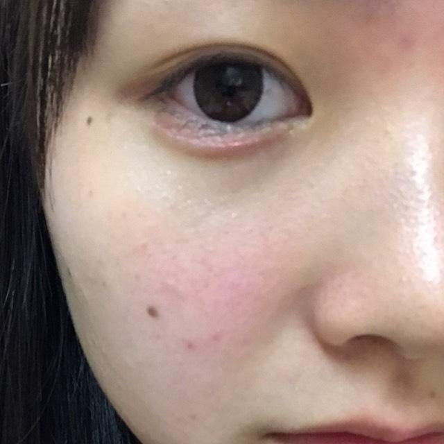Tゾーン、鼻筋、目の下にハイライトとしてハナタカパウダーを薄くのばします