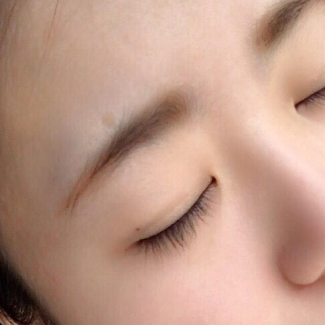 真ん中と下の色を混ぜ、眉毛の中間から眉尻にかけて付属のチップの細い方細で描いていきます。 一番下の明るい色を付属のチップの太い方でで眉頭から全体をなじませるようにしてかいていきます。 眉毛は平行になるように描きます。