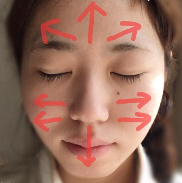 化粧水、乳液、オイルと私は三段階の保湿をしています。 保湿をしっかりとした後、化粧下地、クッションファンデーションの順番で矢印のように軽くたたきながらぬっていきます。 鼻は円を描くようにポンポンと優しくぬっていきます。 目までファンデーションを塗ると油分で絆創膏が取れてしまうので目周りはなるべく避けてベースを完成させます。