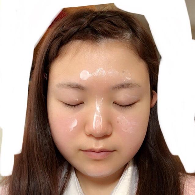テカりやすい鼻やおでこ、頰を中心にプライマーを塗り、肌の凹凸をなくし、サラサラの肌を作ります。