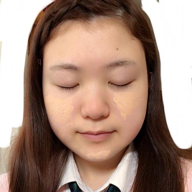 頬の赤みが気になるので、コンシーラーで隠していきます。 指で軽く伸ばしたあと、スポンジで馴染ませた方が自然です。