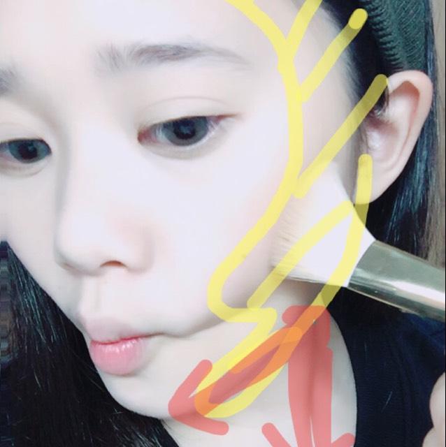 ノーズシャドウをガッツリ塗ります。 ほっぺたを吸うようにして3の字を意識して塗ります。 首の赤の部分を塗ることにより小顔効果が増します