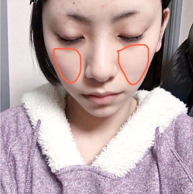 MISAのマカロンパウダーを頰だけに軽くのせて透明感を出します。これは軽くでいいです。