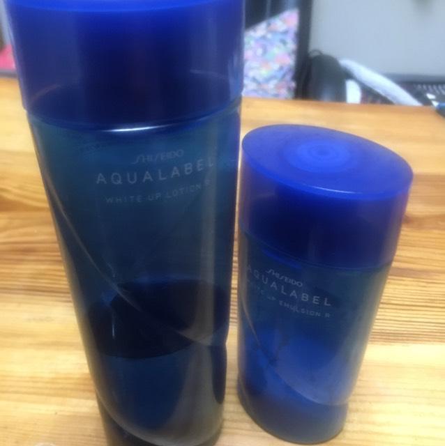 アクアレーベルの化粧水と乳液で肌を整えます。
