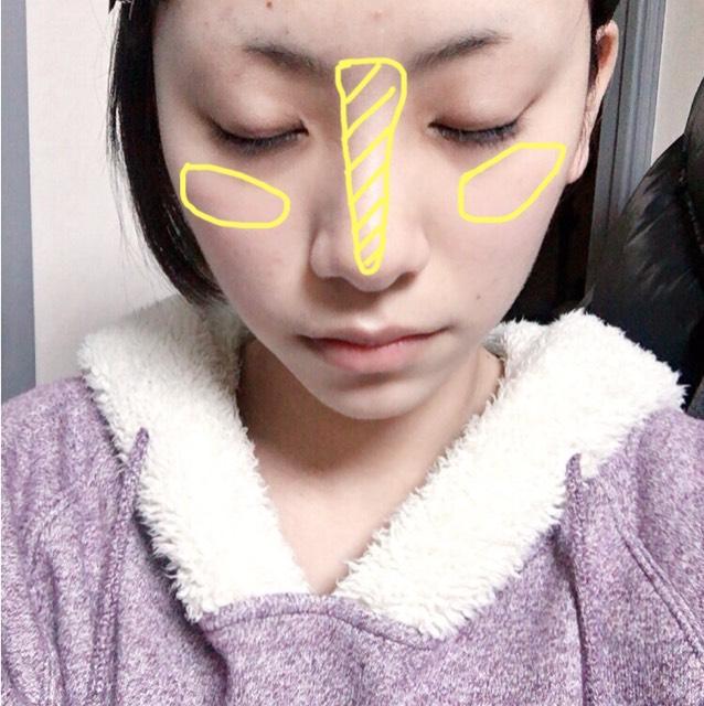 紅原道のイルミネーターを叩くように少しだけ黄色部分にのせます。鼻筋は塗りすぎるとテカるので気をつけてください。
