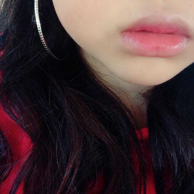 リップコンシーラーで唇の色味を消してからリップクリームを塗って唇の内側だけに口紅を載せます