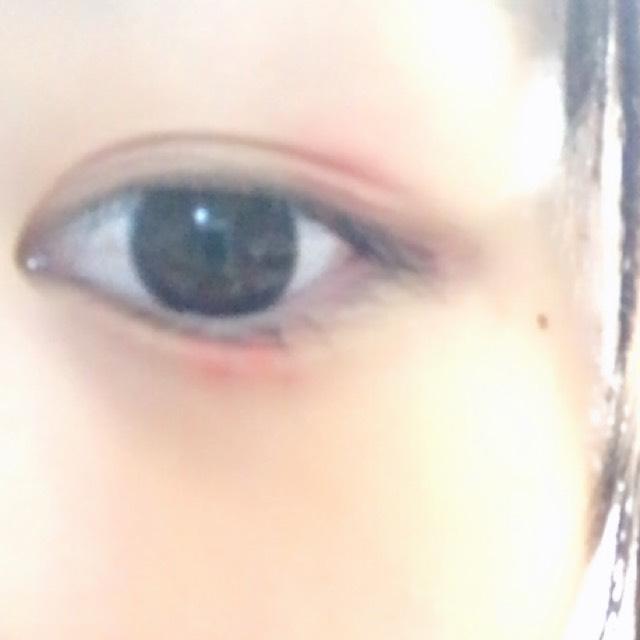 上まぶたの目尻の3分の1、黒目の下の涙袋にちょんと赤いクリームチークをのせ、ぼかして行きます