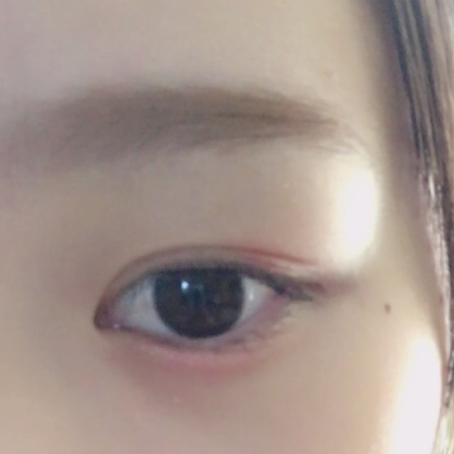 明るめの眉マスカラで自然な茶色にします