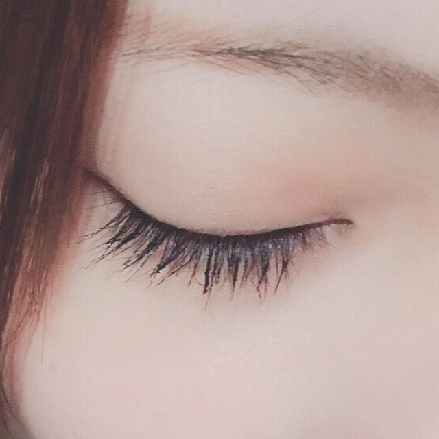 目を閉じるとこんな感じです。  今回はやってなかったのですが、マスカラを使った後にブラシなど使うともっと綺麗になると思います。