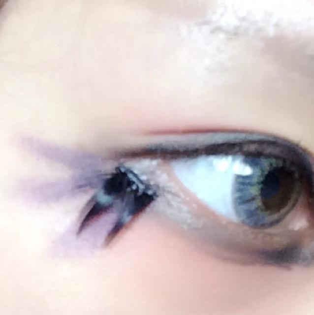 つけまつ毛を目尻の方につけて、つけまつげの下にマリブの紫アイシャドウでシュッと線を引きます。