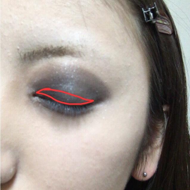 アイラインと同じような形で目に沿わせて4番目に濃い同系色か、色に合えば黒で塗っていく。