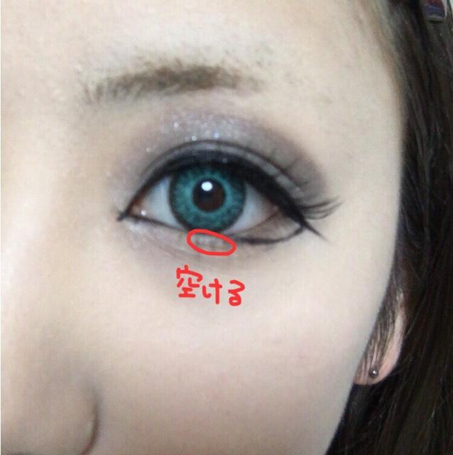 アイラインを目を引っ張りながら粘膜まで引いていく。元の目の形をやや無視しながらなりたい目の形に近づけていく。黒目の部分だけラインは開けても良いです。