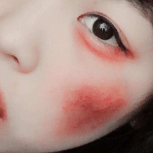 とにかく目元は赤のシャドウだったり赤のチークなどをこれでもか!!ってくらいに塗りたくります!