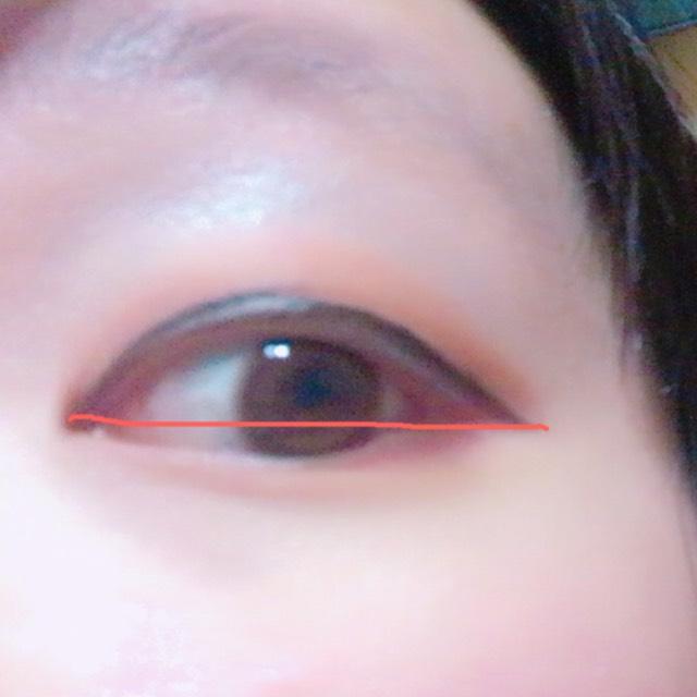 アイラインを引きます。 だいたい目頭と同じ高さになるくらいまでの長さで引いてます。 色は黒でも茶色でもどちでもOK