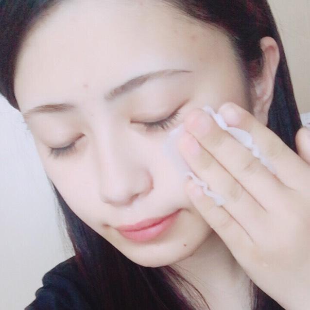 朝起きて洗顔後、 コットンに化粧水を染み込ませ 顔全体をパッティングしていきます。