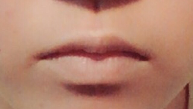 まず唇の色をコンシーラー又はリキッドファンデーションで消します。私はKATEのパウダレスリキッドで消しました。