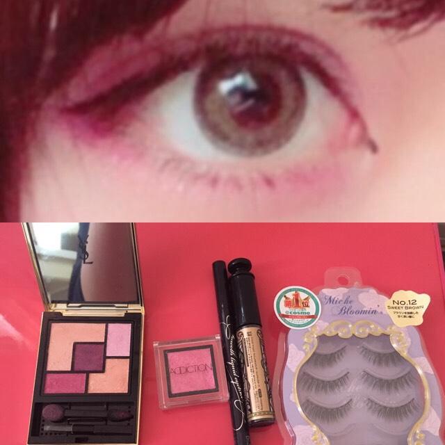 カラコンはグレーです  左のパレットを使います。 右上の薄ピンクをアイホール全体に。 左下のピンクで二重幅までのアイシャドウと下まぶたにのせました。 真ん中の濃いめのピンクで目尻の三分の一につけグラデになるようにのせます。  単色アイシャドウで涙袋全体にラメをのっけます。  ⚠︎画像より全体的にカラー少し濃いめです