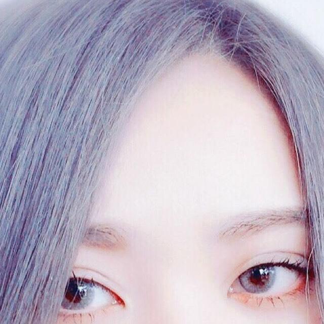 アッシュ系の色のパウダーで目頭よりやや内側に眉頭がくるよう描きスクリューブラシなどで眉頭をぼかします。最初にかいたノーズシャドウにつなげるように。 眉毛がある方はブラウンのマスカラ(眉マスカラでなくマスカラ)で毛流れを整えます。マスカラで整えると眉の毛の流れが主張されナチュラルなのにはっきりした眉になります。 眉マスカラだと毛の主張が無くなります。 眉毛がない方はブラウンのライナーで毛流れをかく。