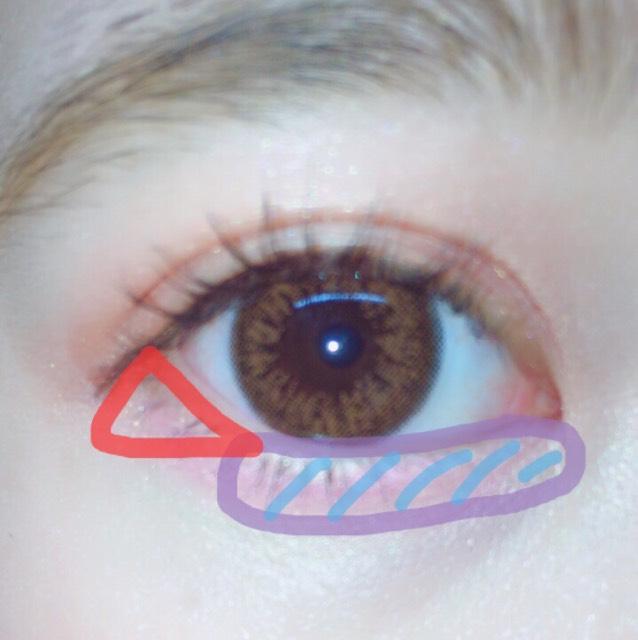 水色の部分に青みピンクのチークをちょんちょんと塗り立体感とうるうるな瞳にします