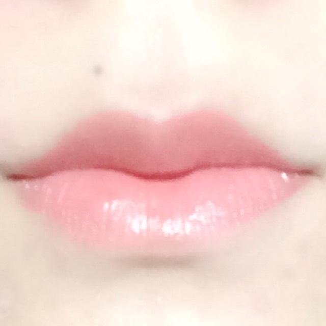 ケサランパサランのリップを塗ります。 とろけるような塗り心地でしっとりするし、唇の縦ジワが目立たなくなります!