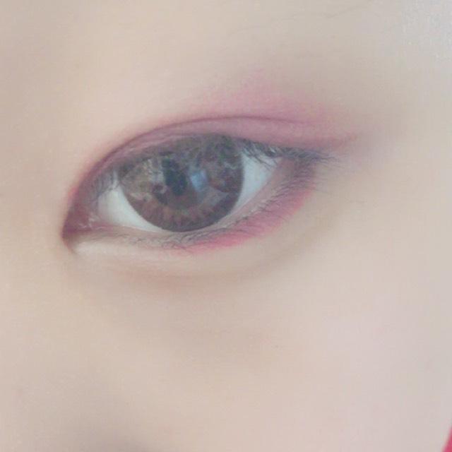 右下の締め色を目尻から下まぶたまで!この時少し赤と混ぜるといい感じに!
