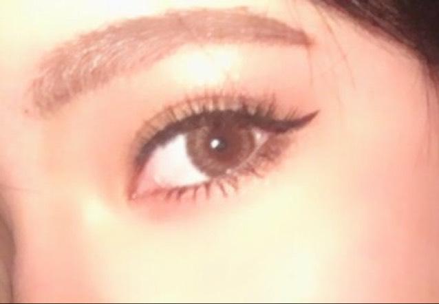 眉毛は太めに平行 ゴールドのシャドウをアイホール全体にのせてそれより少し濃い色で目頭と目尻にのせてぼかしていく。
