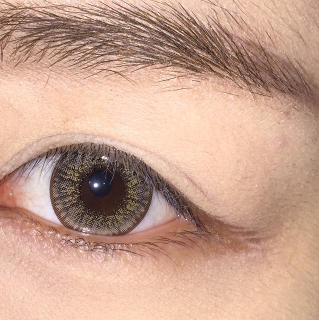 眉毛は自眉に近い形でかく