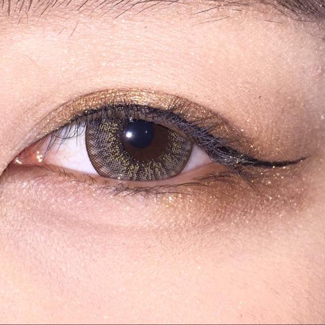 目頭から目尻にかけてリキッドアイライナーをひく 目尻はかなりはみ出してOK。そしてはねる