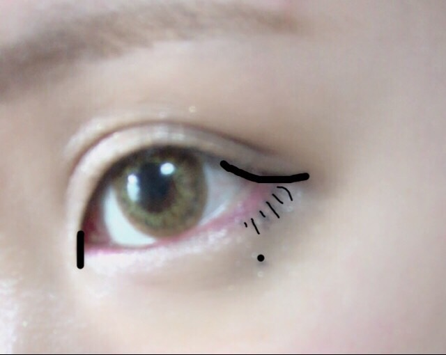 黒のアイライナー全体にラインを書いていきます この時に写メの黒の線のところを強調させたいので太く描きます 目尻はタレ目気味にオーバーラインを 目頭は切開ラインを上だけに入れます 後はお好みで涙ボクロと下まつげを描いてください ※タレ目にしたいので下まつげは赤で描いた擬似粘膜の下に入れてください
