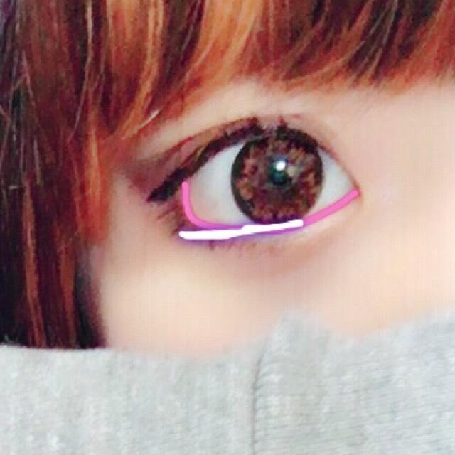 エテュセのクリームアイライナーで黒目の下の粘膜を塗ります。  タレ目にしたいので、ピンク線の粘膜に対して黒目の下のより目尻側はまぶたに塗るようにします  そのあと、アイシャドウの濃い色でぼかします。