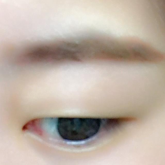 眉毛はパウダーで平行に書いて眉マスカラをします