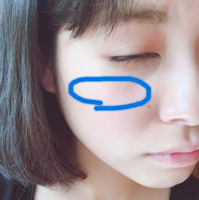 アイメイクが完成したら、チークを塗っていきます。  小指でクリームチークをとり2回ぽんぽんと 置いた後に、人差し指で優しく馴染ませます。 細長い丸をイメージして広げていってください。