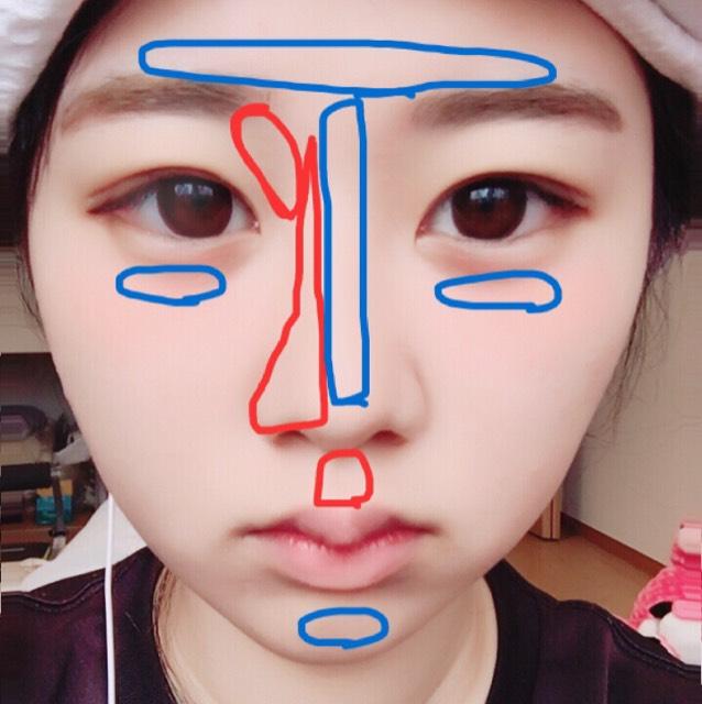 鼻の部分のシェーディングは人差し指と親指を使い鼻を挟むようにして塗るのがオススメです。 シェーディングはパフなどであとでぼかします。(赤色) ハイライトもつけすぎないように塗ります。(青色)