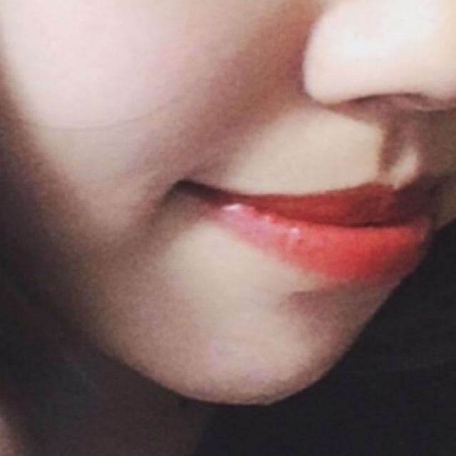 下唇をすこしオーバー目に塗ります。深めの赤リップがおすすめですが、私は持っていなかったので明るい赤リップの上にブラウンのアイシャドウのせました☺︎