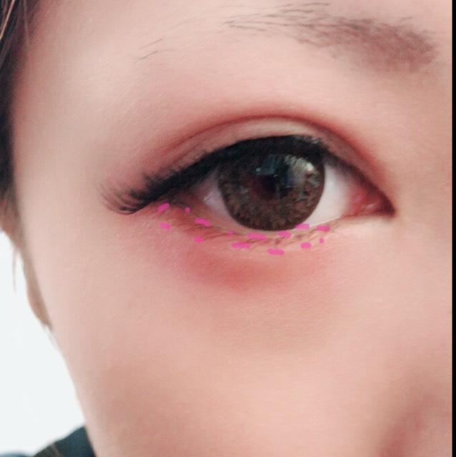 ピンクの点線の部分にピンクのアイシャドウをのせます。  つけまつげは真ん中からつけていくとうまくいきますよ!