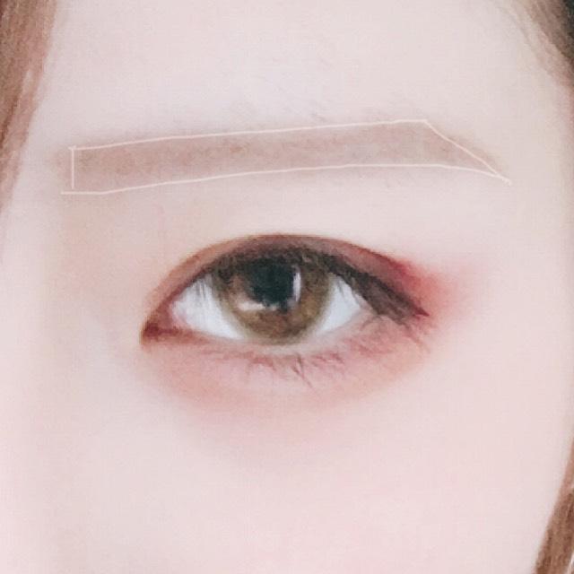 眉は細く、少し上に上げるようにペンシルで描き、パウダーでペンシルの中を埋めて綿棒などでぼかします。  ボカしたら眉マスカラを全体に塗ります。