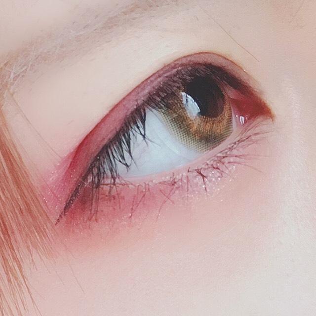 アイラインは細く目に水平にかきます。  マスカラはミッシュブルーミンのブラウンをビューラーで上げたまつけに塗ります。  黒目の下の下まつ毛にも薄く塗ります。