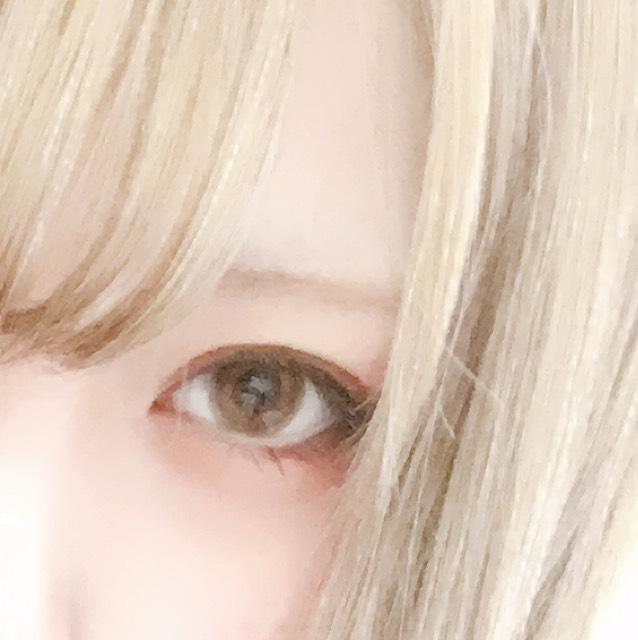 眉は KATEのアイブロウパウダーの一番薄い色を自眉に沿って平行になぞります。  セリアの眉マスカラ、ライトブラウンを眉全体に塗ります。