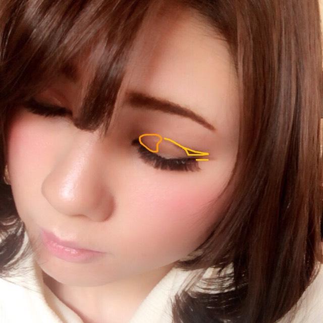 目頭にオレンジペンシルで色を付ける(オレンジ部分) アイライナーは細くまつげ際と目尻軽くはね上げ、ダブルラインのように細く書く(黄色の線)