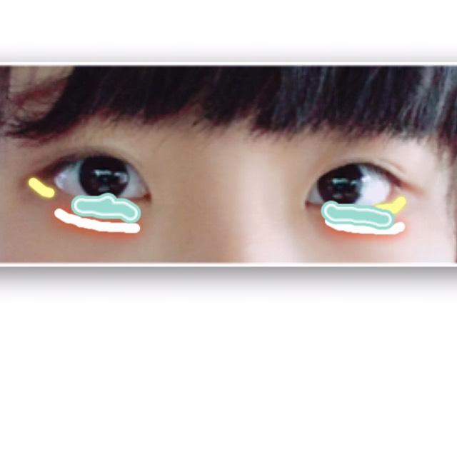 まず青に白のシャドウを塗って(ラメなしがいいです。)つぎにオレンジのところに茶色で涙袋をつくります(^^) 黄色には、薄くピンクで目尻から目半分まで塗ります。