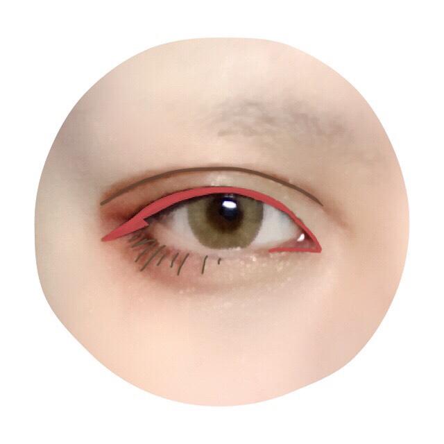 ブラウンアイライナーで下瞼目尻側に下まつげを描く。 アイプチで幅の広い二重を作ったら、リキッドアイブロウでアイプチの線に沿ってダブルラインを引く。