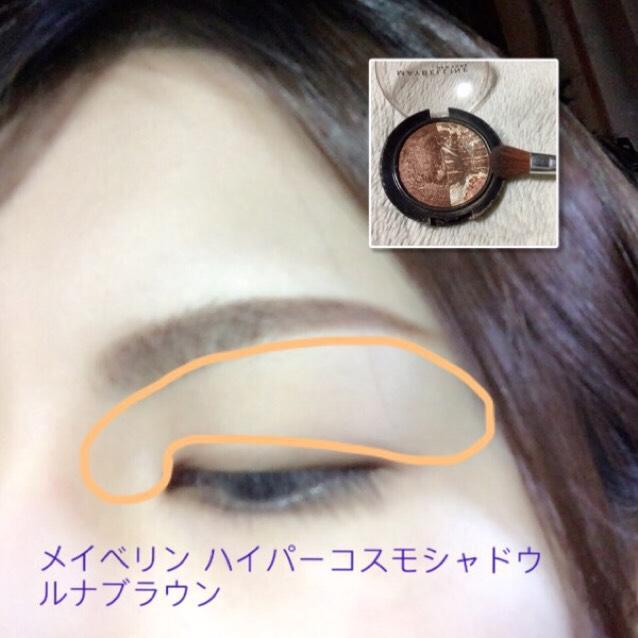 アイメイク( ˘ω˘ ) 瞼全体から目頭にかけて、明るいシャドウをのせる。  太いアイブラシですると簡単。 ベースなので「見える?」くらい薄くザッとで良いです。