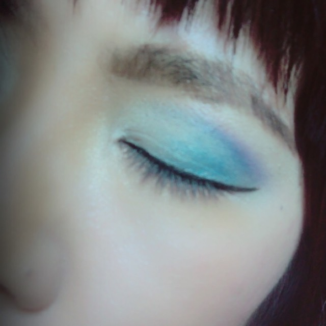 アイメイクは ブルーと紫の グラデーション。  アイラインは跳ね上げ