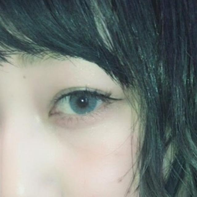 マスカラは目の中央までブラックで目尻と下まつげはブラウンのマスカラで塗ります