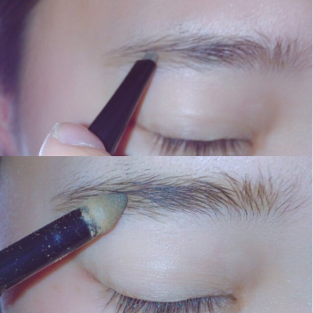 まずペンシルで眉尻を書きパウダーの方で眉頭を書きます