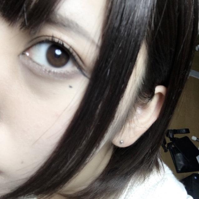 裸眼は少し明るめの茶色で、大きくもなく標準的なサイズ。