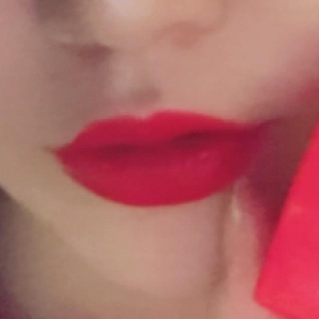 唇は上の山の部分にハイライトをのせて、ぷっくり感をだします。 使ったのはRevlonのマットリップカラーラブ。