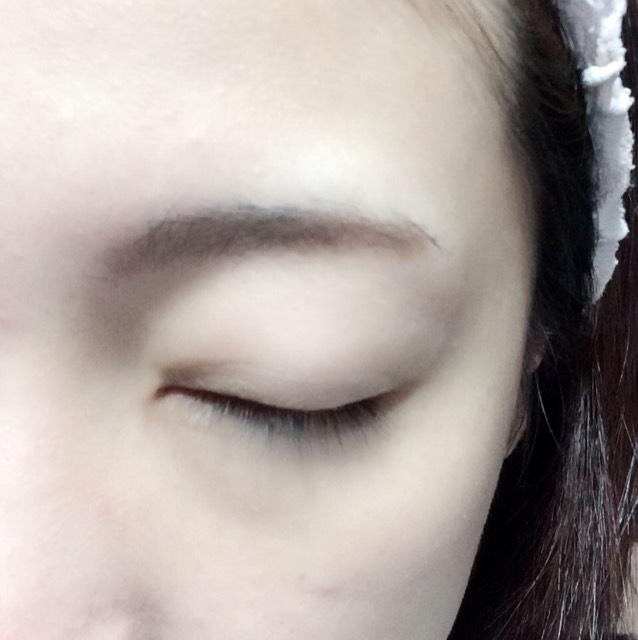 パウダーアイブローで眉毛の隙間を埋め、セリア(百均)のペンシルアイブローで眉尻を書き足します。